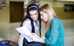 Twee studenten die samen leren stock foto