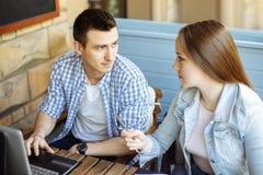 Twee studenten die voor het seminarie in een koffie voorbereidingen treffen stock afbeelding