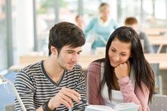 Twee studenten gelezen boek in klaslokaal royalty-vrije stock afbeeldingen