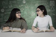 Twee studenten met gekrabbel op het bord royalty-vrije stock foto