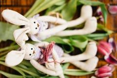 Twee stuk speelgoed hazen zitten op de bloemen royalty-vrije stock foto's