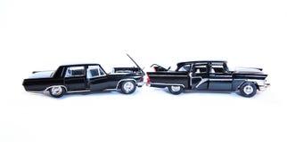 Twee stuk speelgoed retro auto na geïsoleerd autoongeval Stock Afbeeldingen