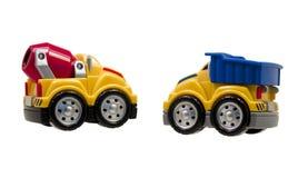 Twee stuk speelgoed vrachtwagens die op wit worden geïsoleerdo Stock Foto
