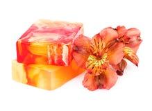 Twee stukken van bemerkte zeep en een bloemalstroemeria Royalty-vrije Stock Foto