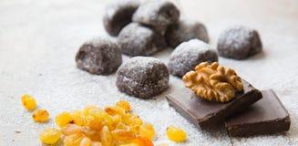 Twee stukken van chocolade en een wallnut op het Kleine chocolade bisc Royalty-vrije Stock Foto