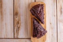 Twee stukken van chocoladecake op een houten tribune Allen op een houten achtergrond royalty-vrije stock foto