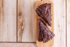 Twee stukken van chocoladecake op een houten tribune Allen op een houten achtergrond stock foto