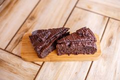 Twee stukken van chocoladecake op een houten tribune Allen op een houten achtergrond stock foto's