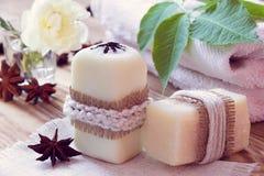 Twee stukken van droge witte zeep met anijsplanten, handdoeken en namen toe Stock Afbeelding