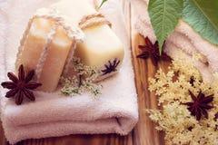 Twee stukken van droge witte zeep met anijsplanten, handdoeken en witte ouder Stock Fotografie