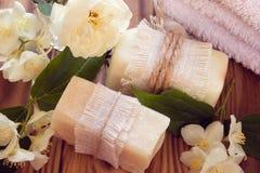 Twee stukken van droge witte zeep met handdoeken, rozen en jasmijn Stock Afbeelding