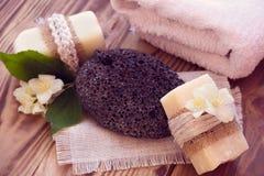 Twee stukken van droge zeep met een jasmijn, een handdoek en een puim Royalty-vrije Stock Foto