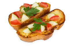 Twee stukken van gebraden brood met tomaten en komkommers stock afbeeldingen