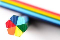 Twee stukken van kleurpotlood op witte achtergrond Stock Afbeeldingen