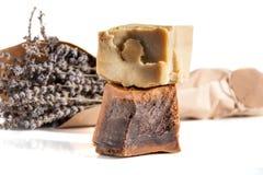 Twee stukken van met de hand gemaakte die zeep met lavendel op wit worden geïsoleerd royalty-vrije stock fotografie