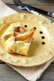 Twee stukken van pastei met peren op een plaat Stock Afbeelding