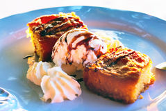 Twee stukken van pastei met roomijs in een witte plaat bij de stralen van de avondzon Royalty-vrije Stock Foto