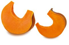 Twee stukken van rijpe oranjegele die pompoen op witte achtergrond met schaduw worden geïsoleerd Gezond ruw vegetarisch voedsel m royalty-vrije stock fotografie