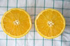 Twee stukken van verse sinaasappel Stock Afbeeldingen
