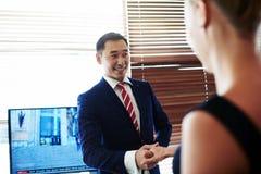 Twee succesvolle bedrijfsmensen wensen elkaar met goede resultaten geluk Royalty-vrije Stock Foto