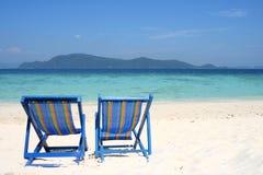 Twee sunbeds bij het strand Stock Foto's