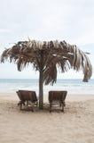 Twee sunbeds bij het strand Royalty-vrije Stock Foto's
