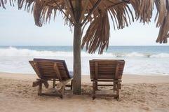 Twee sunbeds bij het strand Stock Afbeelding