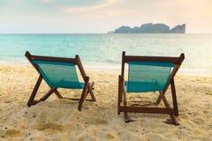 Twee sunbeds op geel zand tropisch strand Thailand Stock Afbeelding