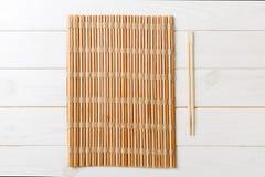 Twee sushieetstokjes met leeg bamboemat of hout plateren op houten Achtergrond Hoogste mening met exemplaar stace royalty-vrije stock foto