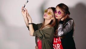 Twee swagzusters die zelfportret op vraagtelefoon nemen stock video