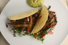 Twee taco's op een plaat, schot van hierboven Stock Afbeeldingen
