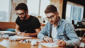 Twee Talanted Kunstenaar Freelancer Drawing Indoors stock fotografie