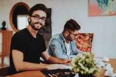 Twee Talanted Kunstenaar Freelancer Painting Indoors stock fotografie