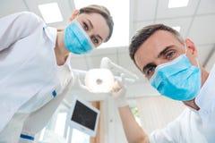 Twee tandartsen die tot tandbehandeling maken aan een patiënt Royalty-vrije Stock Afbeelding
