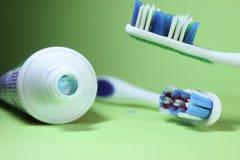 Twee tandenborstels en tandpasta Royalty-vrije Stock Afbeelding