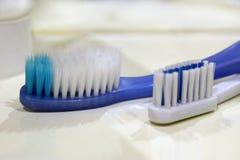 twee tandenborstels op een witte plank royalty-vrije stock fotografie