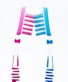 Twee tandenborstels op wit Royalty-vrije Stock Afbeeldingen