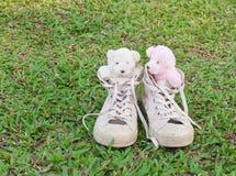 Twee teddyberen in tennisschoenen op het gras Royalty-vrije Stock Foto