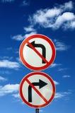 Twee tegenovergestelde verkeersteken tegen blauwe hemel Royalty-vrije Stock Foto