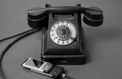 Twee telefoonkoorden zijn aansluting stock afbeeldingen