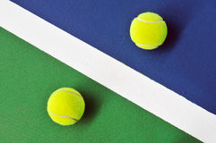 Twee tennisballen op de tennisbaan Stock Afbeelding