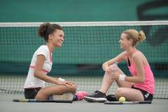 Twee tennisspeler het ontspannen na opleiding stock foto's