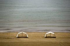 Twee tenten die zich op een woestijn Caraïbisch strand bevinden stock foto's