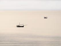 Twee Thaise vissersboot in het bewolkte avondoverzees Royalty-vrije Stock Afbeeldingen