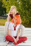 Twee tiener bij het de zomerpark royalty-vrije stock afbeelding