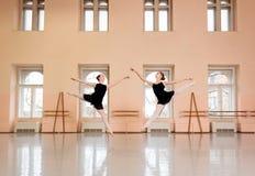 Twee tienerballerina's die in grote klassieke balletstudio praktizeren royalty-vrije stock foto
