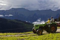 Twee Tienerjaren die op een Tractor berijden Stock Foto's