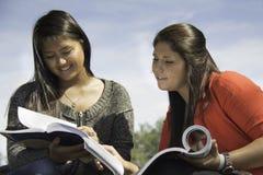 Twee tienerjaren of het jonge vrouwen bestuderen Stock Foto's