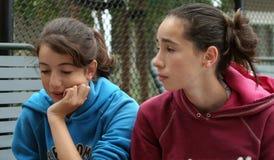 Twee tienermeisjes stock afbeeldingen
