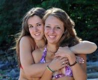 Twee tienermeisjes het glimlachen. Stock Fotografie